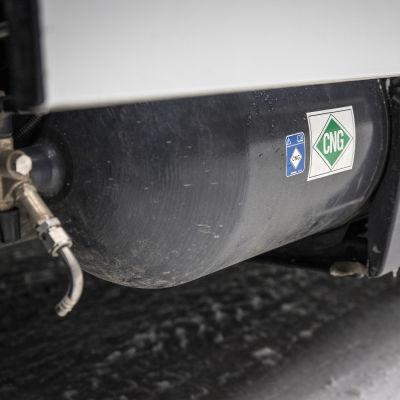 Kaasusäiliöitä roskaauton alla
