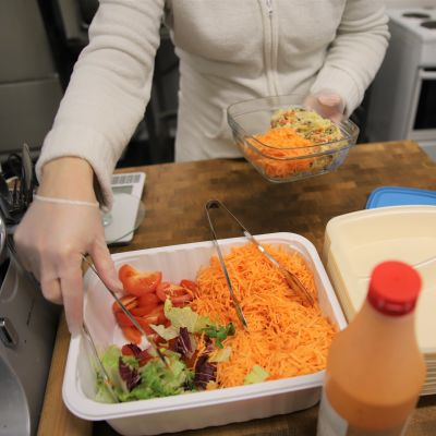 Salaattia ja kiusausta, take-away-annos.