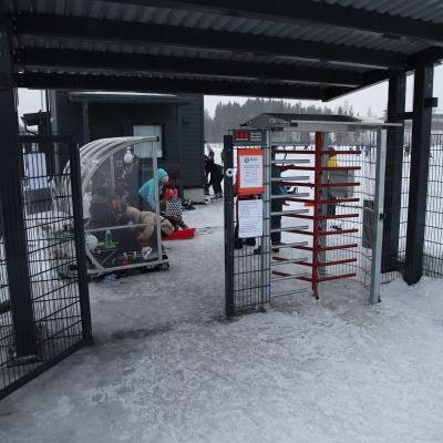 Kuopion Lippumäen tekojääradan portti.