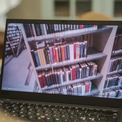 tietokoneelta kameralaseilla kuvattua kuvaa kirjoja