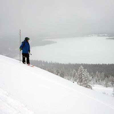 Ville Väkeväinen Pyhätunturilla tekemässä lumivyörymittauksia
