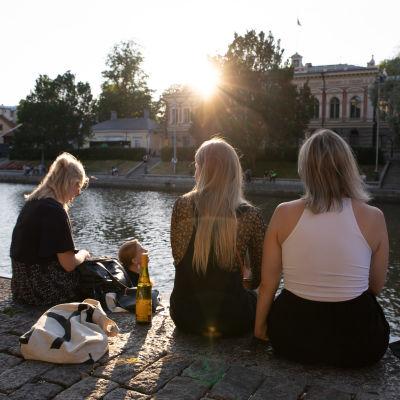 Nuoria aikuisia juhlimassa Turun jokirannassa