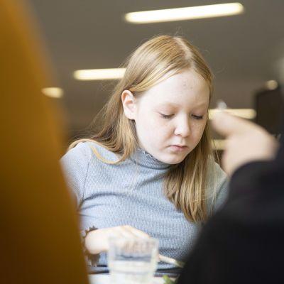 Nuori syö ruokaa.
