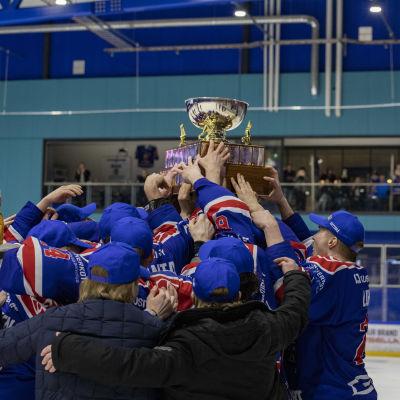 Imatran Ketterän voittoisa joukkue nostaa voittopokaalin ilmaan.
