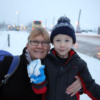 Heather Robinson lapsenlapsensa Jack Robinsonin kanssa Rovaniemen kentällä