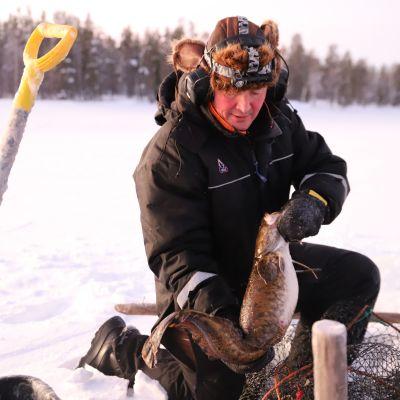 Kalastaja Risto Pyhäjärvi madesaaliinsa kanssa.