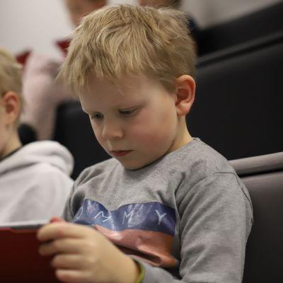 Kaksi poikaa pelaa Spoofy-nettipeliä.