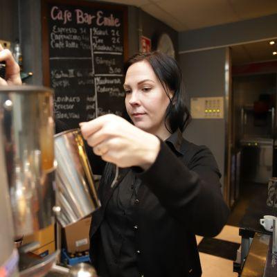 Mari Liimatainen valmistelee kahviannosta
