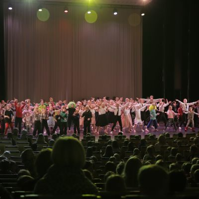 Kajaani Dance Festivalin koululaisten yhteistanssiesitys.