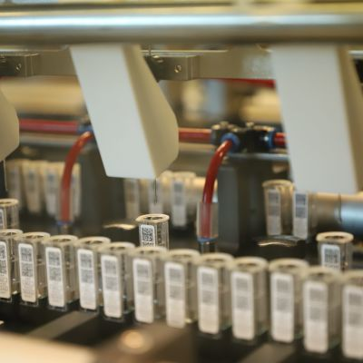 Provampuller som fylls med vätska i Aidians fabrik.