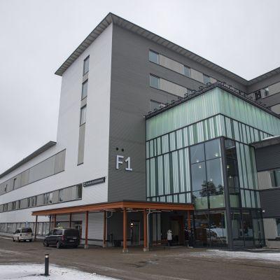 Kainuun uuden keskussairaalan sisäänkäynti ja julkisivu.