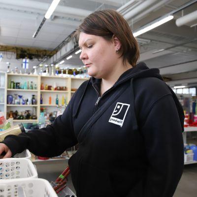 Janna Taavitsainen Kouvolan Goodwill kierrätyskeskuksessa työkokeilussa.