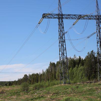 Suomen ja Ruotsin välistä sähkönsiirtoa mahdollistava 400 kilovoltin voimalinjaYlitornion Vuennonkoskella