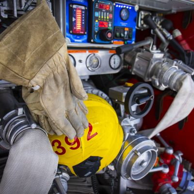 Paloauton varustusta mm. hansikkaat, kypärä ja paloletkuja