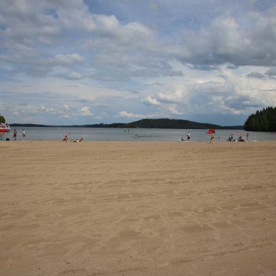 Aurinkoinen päivä on tuonut uimareita Messilän rannalle.