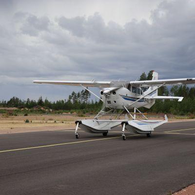 Cessna T206H lentokone Pyhtään lentokentällä.