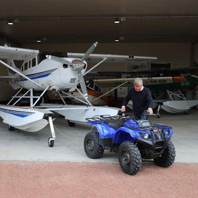 Esa Korjula hinaamassa Cessna T206H lentokonetta Pyhtään lentokentällä.