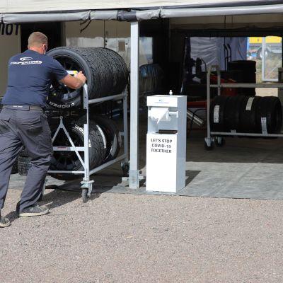 Rallicrossin mm-osakilpailujen valmisteluja varikkoalueella Kouvolassa.