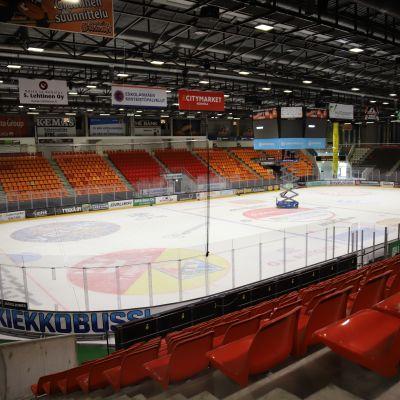 Kouvolan jäähallissa KooKoon jääkiekkokaukalo.