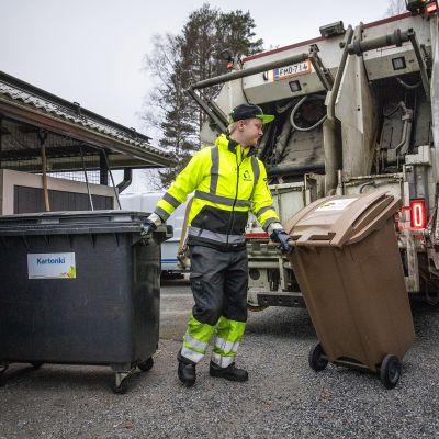 Kuva roskakuskista tyhjentämässä roska-astioita