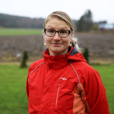 Ulla Kaljunen Sippolassa kotitalonsa pihalla.