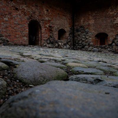 hämeen linnan sisäpiha alhaalta kuvattuna