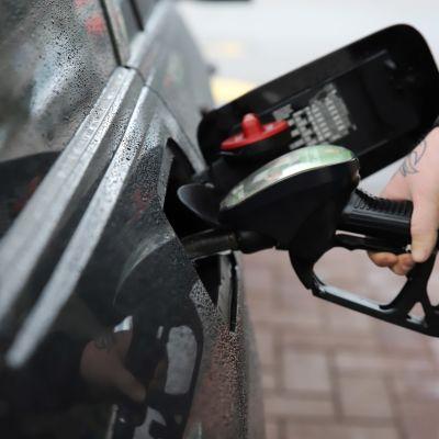 Konsta Kelloniitty tankkaamassa autoaan Kouvolassa.