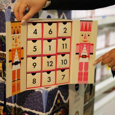 Kosmetiikkaa sisältävä joulukalenteri Kouvolan Sokoksella.