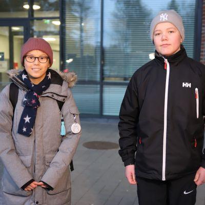 Langinkosken koulun kahdeksasluokkalaiset Ella Ruokonen ja Emil Ojala.