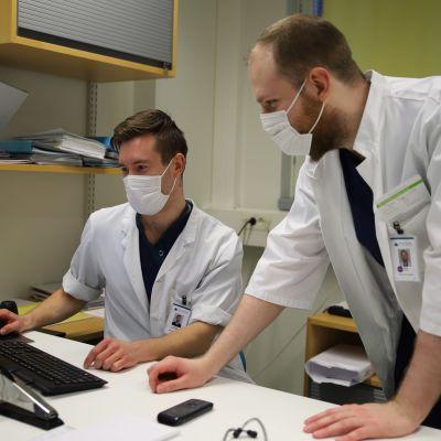 Reumatologian erikoislääkäri Joonas Rautavaara ja erikoistuva lääkäri Teemu Trygg Päijät-Hämeen keskussairaalassa