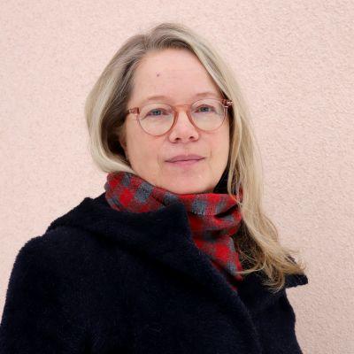 Lahden kaupungin sivistysjohtaja Tiina Granqvist poseeraa kameralla talon edustalla