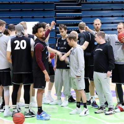 Lahti Basketball joukkue harjoituksissa, päävalmentaja PIeti Poikola joukkueen keskellä