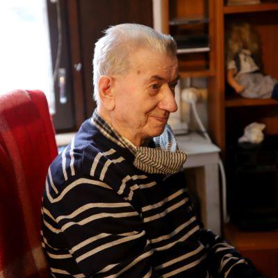 Väinö Pitkänen istuu tuolilla.