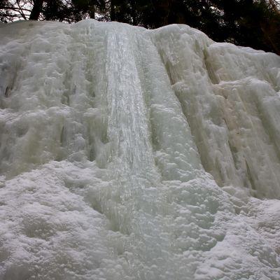 Jääkirkkovuoren jäinen seinämä, jäinen putous kuvassa keskellä.