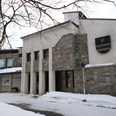 Sodankylän kunnantalo edestäpäin kuvattuna, talon seinässä on kunnan vaakuna.