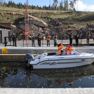Mikko Lehtisen kipparoima vene Kimolan kanavan sulussa.