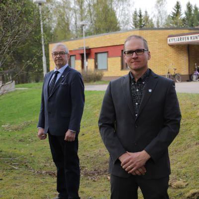 Kyyjärven kunnan johtotroikka seisoo ulkona kunnanviraston edessä.