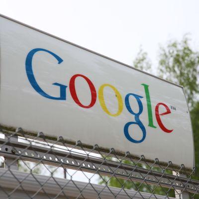 Haminan Googlen sisäänkäynti.