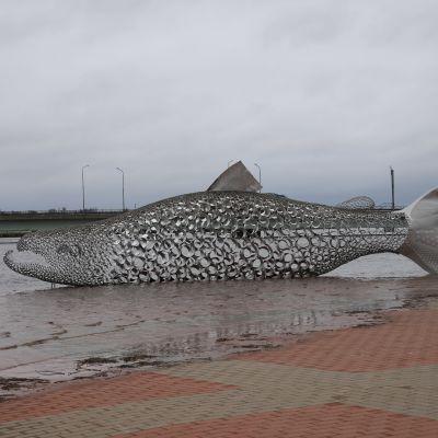 Kalanmuotoinen taideteos Kojamo Tornionjoen rannassa tulvavedessä