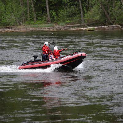 Kouvolan järvipelastusaseman Onni Marsala ja Saku Tauriainen ajamassa pelastusveneellä Kymijoella Kouvolassa.