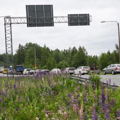 Ruuhkaa 9-tiellä Kuopiossa lentoaseman risteyksessä Jännevirran sillan tuntumassa tapahtuneen liikenneonnettomuuden vuoksi.