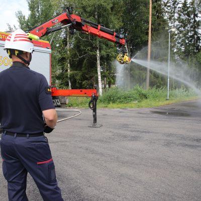 Kymenlaakson pelastusaseman palomestari Saku Tauriainen ohjaamassa SaRa -kouraa.