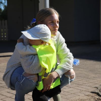 Nea Martemaa ja hänen lapsensa Luka Manninen halaamassa.
