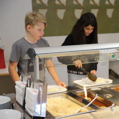 Kotkailaisen Hovinsaaren koulun oppilaita ruokatauolla.
