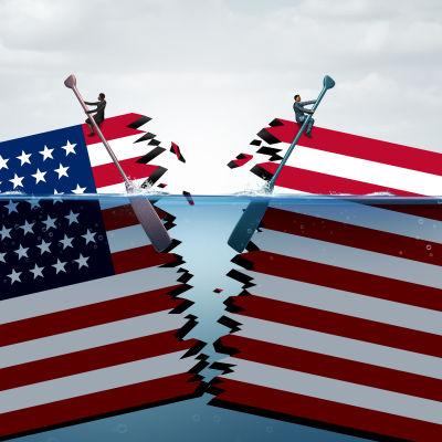Amerikansk flagga som är skuren itu.