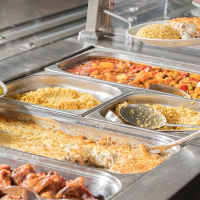 Skolmatsbuffé innehållande bland annat kyckling, ris och grönsaker.