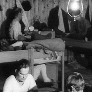 yMetsätyömiehet rentoutumassa savottamajassa 1966.