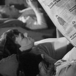 Metsätyömiehet lukemassa lehtiä savottamajassa 1966.