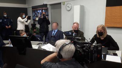 Viking Sallys mordrättegång i Åbo 24.5.2021. Den åtalade med sina två försvarsadvokater.