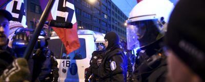 Demonstranter med nazistflaggor och poliser.